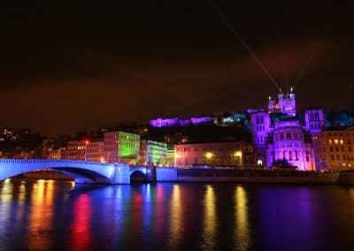 Vue-sur-Fourviere-des-quais-de-Saone-lyon-Fete-des-Lumieres_里昂灯节的起源_里昂灯节的起源_Fête des lumières de Lyon